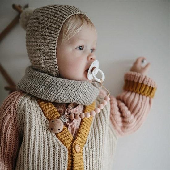 bebe avec un tetine