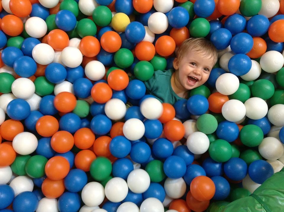 enfant jouant dans une Piscine à balle